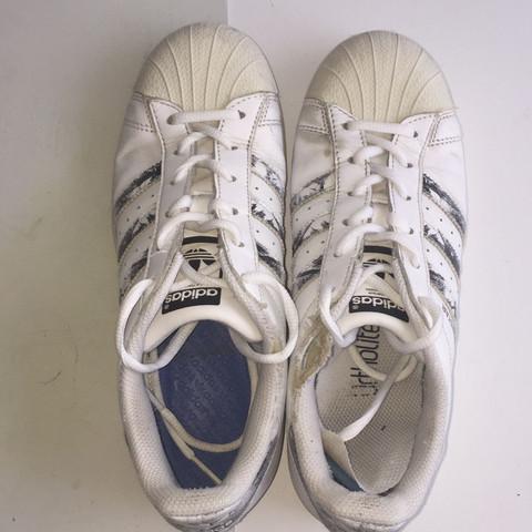 Hält Acrylfarbe auf meinen Schuhen?