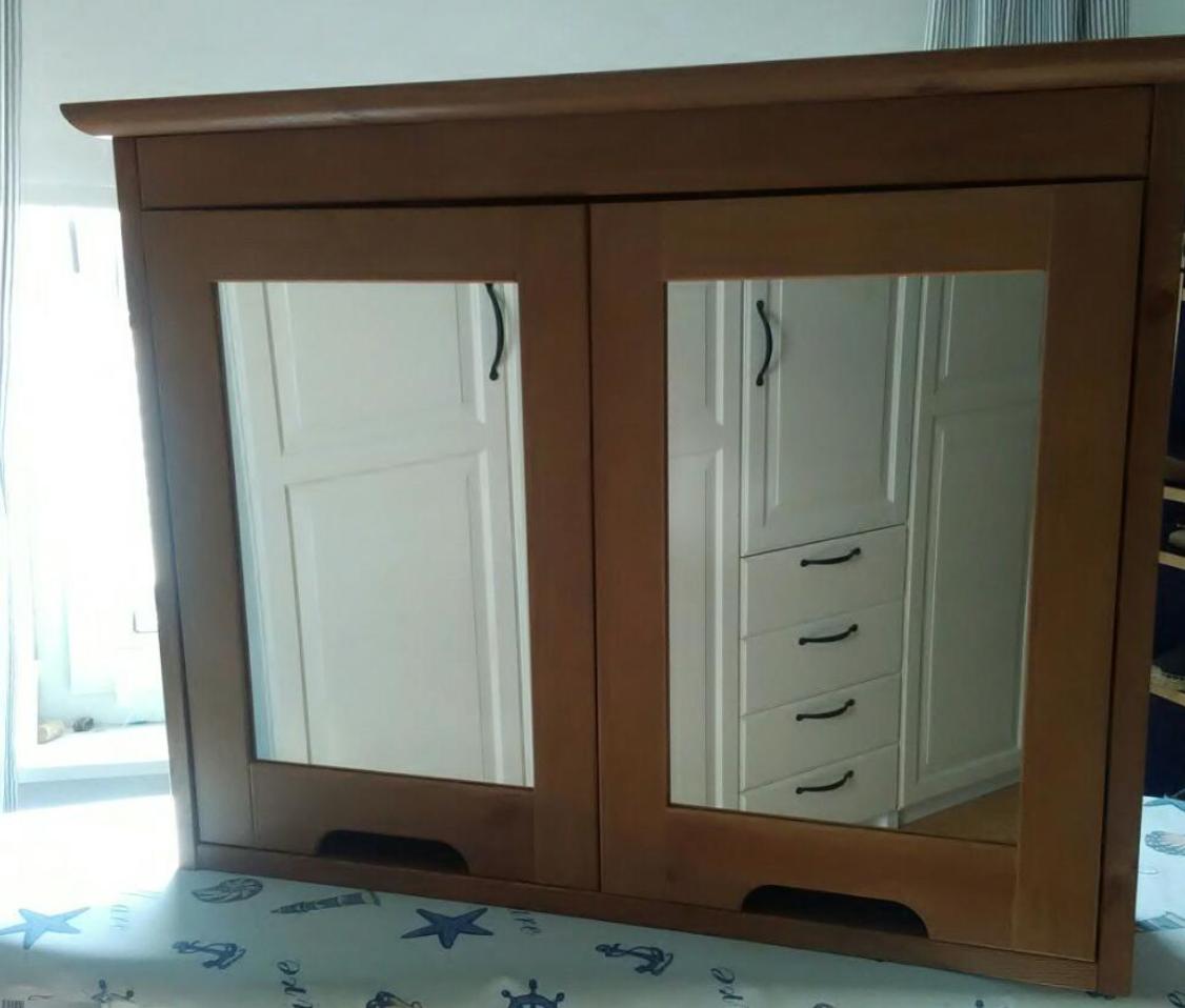 h lt ein bad spiegelschrank an zwei eisenschrauben duebel. Black Bedroom Furniture Sets. Home Design Ideas