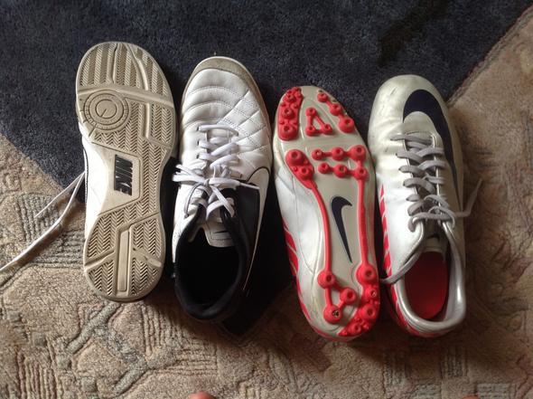 Welche von den beiden - (Fußball, Schuhe, Halle)