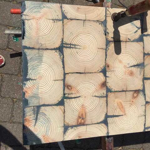 Hirnholz Platte mit epoxitharz ausgefüllt ... Löcher u. Farbe entfernen  - (Holz, Bau)