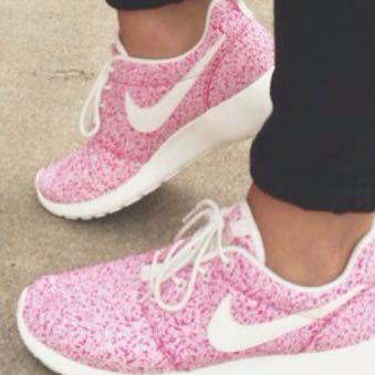 Hallo welche findet ihr am schönsten  Sind die Schuhe generell bequem,  lohnt sich der Preis  (Kleidung, Nike, roshe run) bdd5c26e12