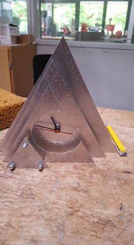 Genau die selbe Uhr bräuchte ich - (Uhr, Aluminium, Dreickform)