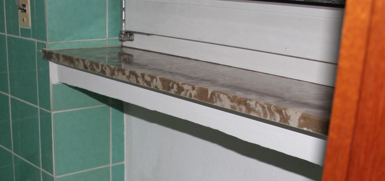 handelt es sich hier um eine asbest fensterbank die unterseite ist aus einem beton hnlichen. Black Bedroom Furniture Sets. Home Design Ideas