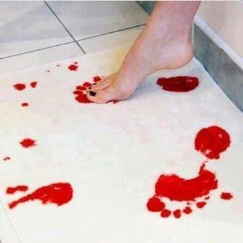 handtuch das sich bei berührung mit wasser rot färbt