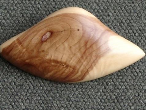 fertige Brosche aus Fliederholz - (Schmuck, basteln, Handwerk)