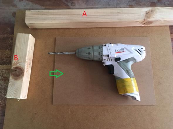 Hat jemand eine Idee, wie ich diesen Akkuschreiber an die rarunter liegende Holzplatte befestigenn kann?