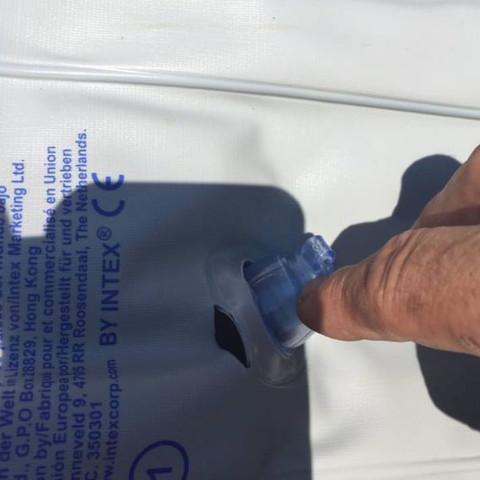 Hier sieht man das Loch direkt am Ventil - (Wassersport, Gummiboot, Boot reparieren)
