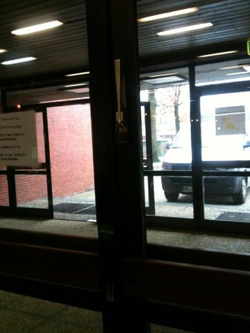 Tür durch Vorhängeschlösser blockiert - (Schule, fluchtwege)
