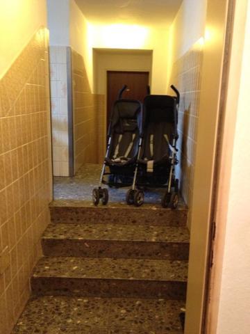 kinderwagen im treppenhaus fluchtweg hausflur treppenhaus rollator wohnung hilfsmittel die
