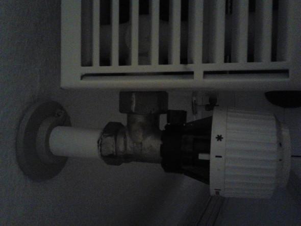 heizk rper bleibt kalt obwohl ventil aufgedreht ist und das rohr warm wird woran kann das. Black Bedroom Furniture Sets. Home Design Ideas