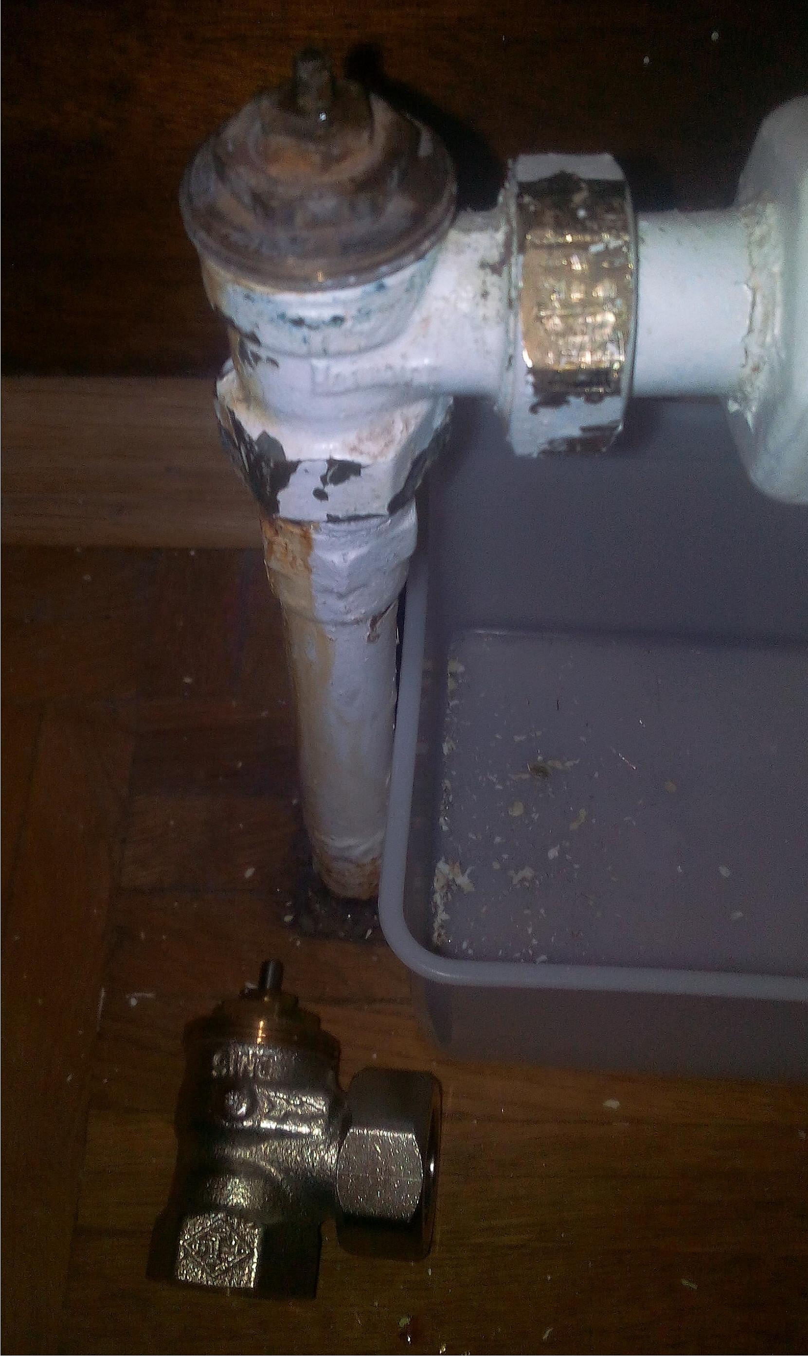heizk rper thermostat samt unterteil auswechseln heizung heimwerken wasserschaden. Black Bedroom Furniture Sets. Home Design Ideas