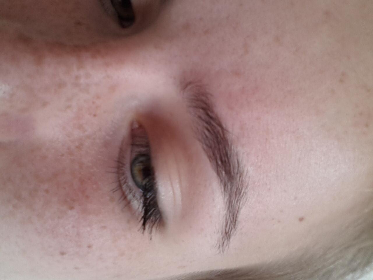 helle Haare und dunkle Augenbrauen (Farbe)
