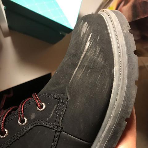 Helle Kratzer an weißen Schuhen, wie bekommt man sie weg?