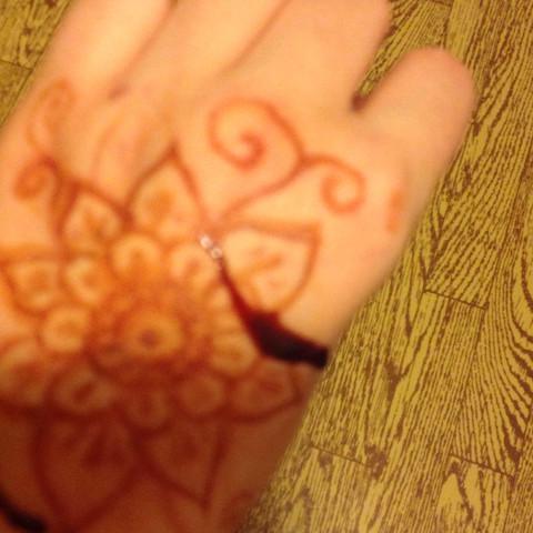 Hier kann man erkennen wie das Henna von der Hand rutscht - (kaufen, Tipps, Hand)