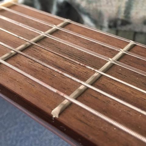 Hey - bei meiner Gitarre gehen die einen Saiten irgendwie bisschen kaputt - ich glaub vom Capo - was kann ich tun?