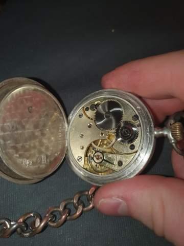 Hi, kann mir jemand was über diese Taschenuhr erzählen?