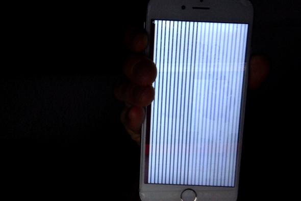 so sieht es aus... hinter den streifen ist der homebilschirm zu erkennen - (iPhone, defekt)