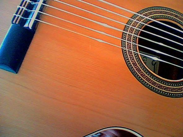 man sieht 2-4 unebenheiten, klein kratzer aber die sind in echt nicht zu überseh - (Gitarre, Kratzer)