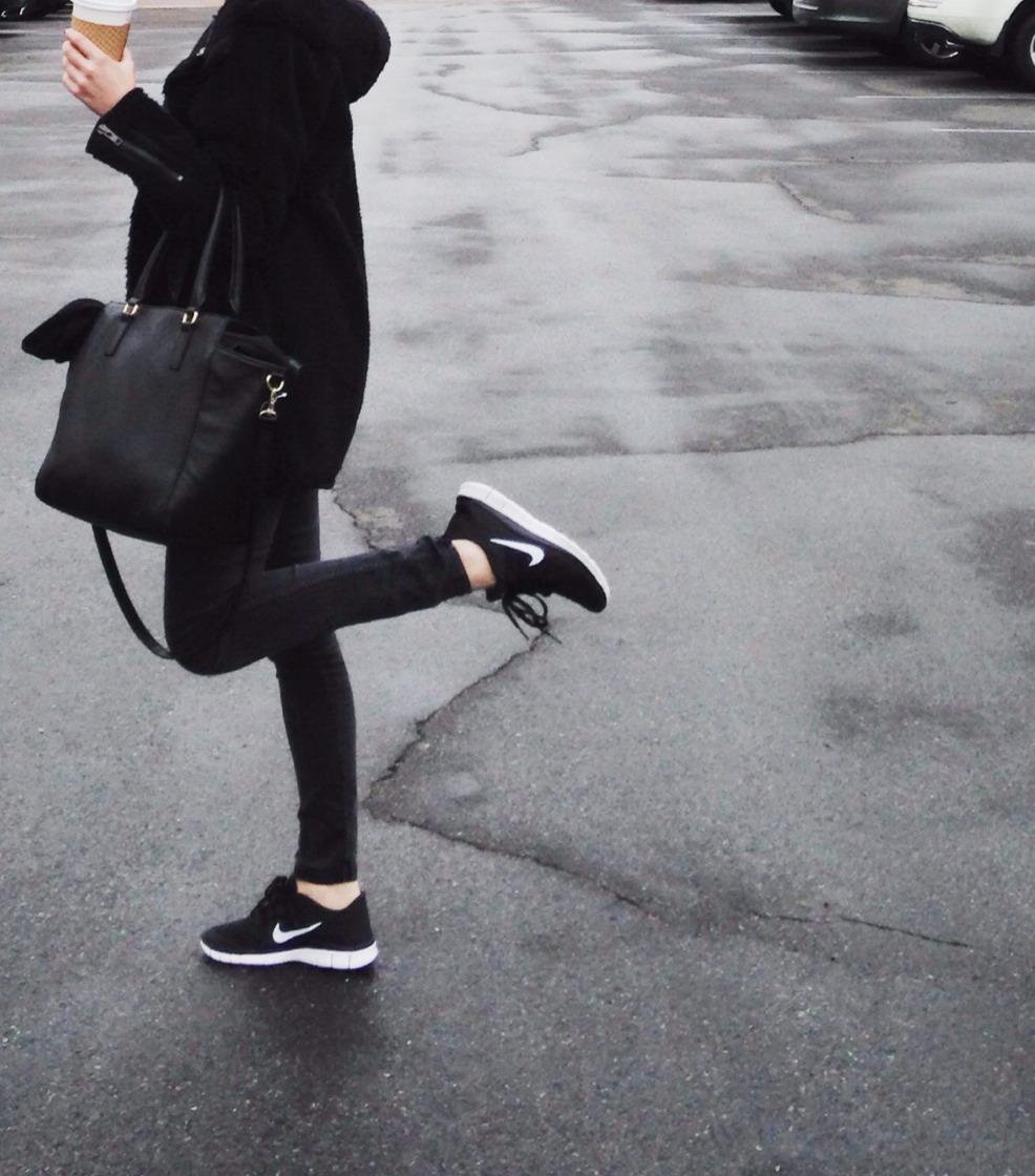 hilfe schwarze ledertasche von tumblr bild gesucht. Black Bedroom Furniture Sets. Home Design Ideas