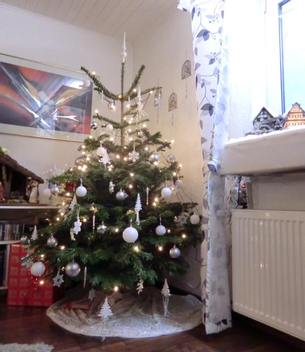 ich habe eben meinen eigenen tannenbaum geschm ckt sieht er zu k nstlich aus oder noch normal. Black Bedroom Furniture Sets. Home Design Ideas