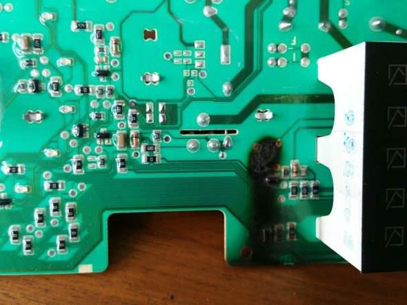 ich habe ein Waschmaschine Hisense WFU7012 da ist die Elektronik Steuerung durch gebrand, kann man sie reparieren, 3 Foto habe ich hier angehängt?