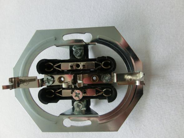Ich habe eine Doppelsteckdose unterputz. Dazu müssen 3 Kabel verbunden werden ( eins das Schutzkabel ) Von wo aus werden die drei Kabel von hinten eingeführt ?