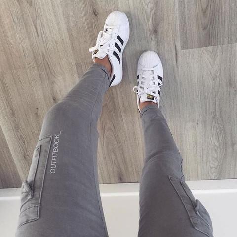 Graue Hose mit Taschen an den Oberschenkeln  - (Mode, Kleidung, Klamotten)
