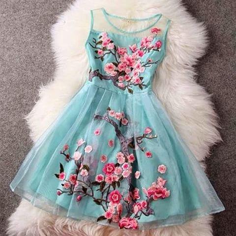 Blaues kleid mit pinken blumen