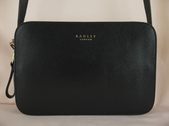 ich suche eine hnliche tasche wie diese kennt jemand eine marke mit hnlichen taschen schwarz. Black Bedroom Furniture Sets. Home Design Ideas