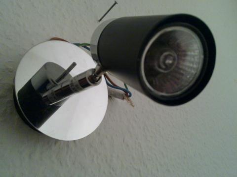 Ich verzweifle daran: bekomme diese glühbirne nicht aus der lampe