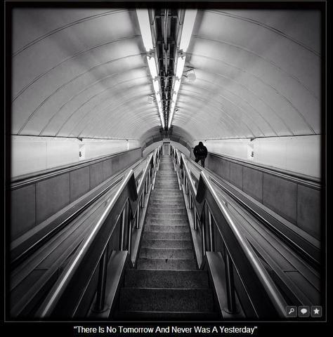 eine Rolltreppe die im bild endet und es tief wirken lässt. - (Foto, Fotografie, Kreativität)