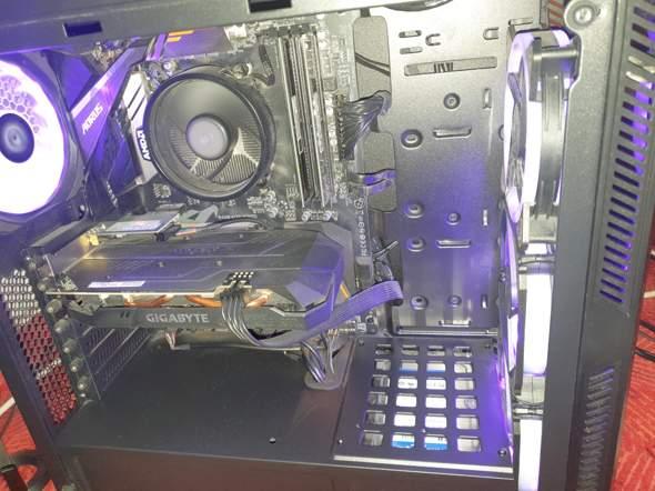 Im PC sieht man leicht Staub aber leider nett auf dem Bild. Bisschen leichter Staub ist normal, wie bekomme ich den raus !?