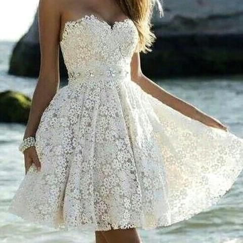 Es ist ein weißes Kleid, mit Blumenartigem Muster ^^