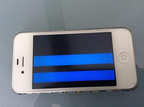 IPhone 4s Display Defekt? Zeigt nur Blaue Farben (Streifen) an, jedoch keine äußerlichen schäden.