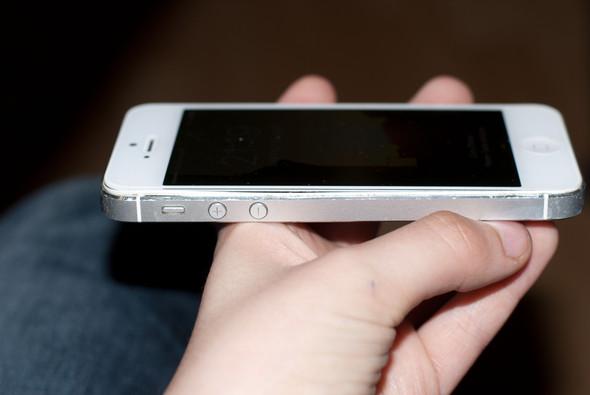 Man erkennt einen Rand, wo das iPhone von der Umrandung absteht - (Handy, Technik, iPhone)