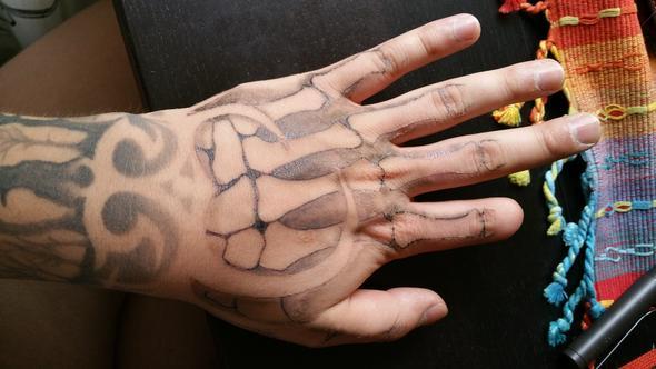 Ist auf Fotos schwer zu erkennen. - (Tattoo)