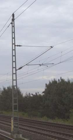 Ist auf den Masten der Oberleitung der Deutschen Bahn Strom?