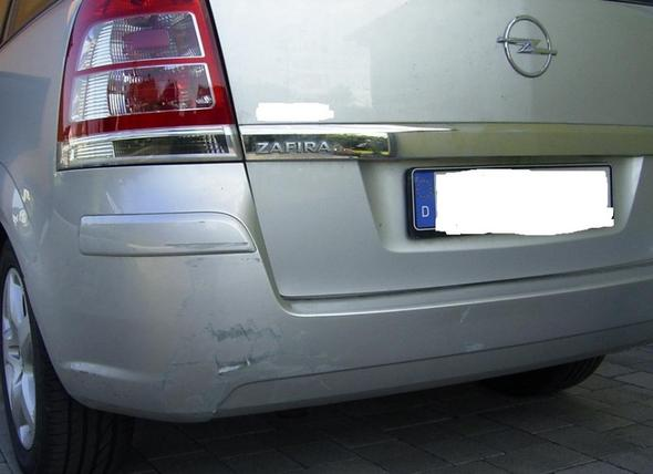 Schaden im Kunststoffkotflügel - (Auto, Reparatur, Unfall)