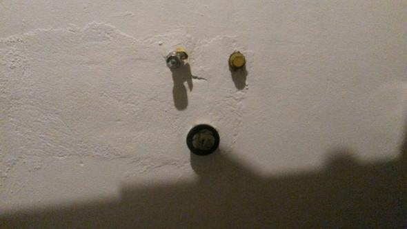 ist das auf dem bild ein wasseranschluss f r die k che. Black Bedroom Furniture Sets. Home Design Ideas