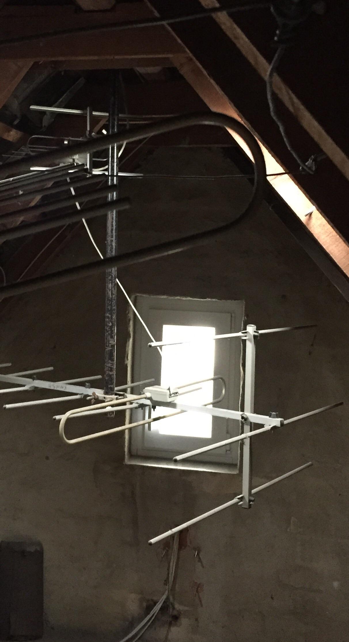 ist das ein blitzableiter oder eine alte antenne auf dem dachboden sanierung altes haus. Black Bedroom Furniture Sets. Home Design Ideas