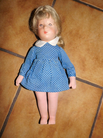 Ist das eine Käthe Kruse Puppe? Im Kleid steht Käthe?