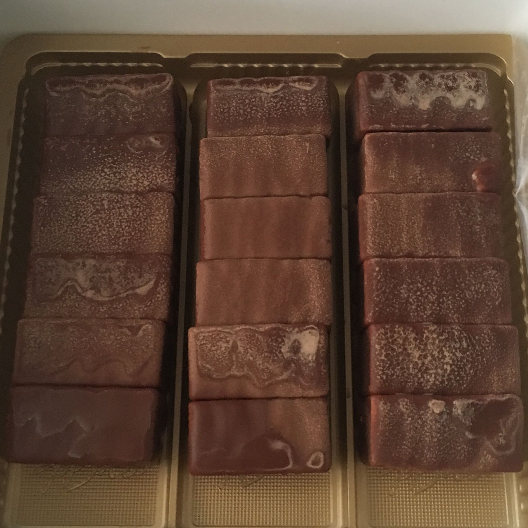 ist das schimmel oder das wei e was sonst immer nach einer zeit auf schokolade erscheint. Black Bedroom Furniture Sets. Home Design Ideas
