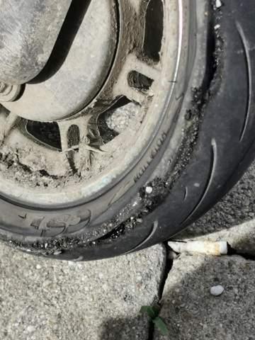 Ist das schlimm soll ich das austauschen oder normal weiterfahren mit den Reifen e-scooter.?