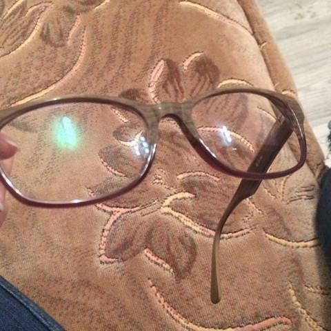 Die grüne Spiegelung auf dem linken Glas meine ich - (Brille, entspiegelt)