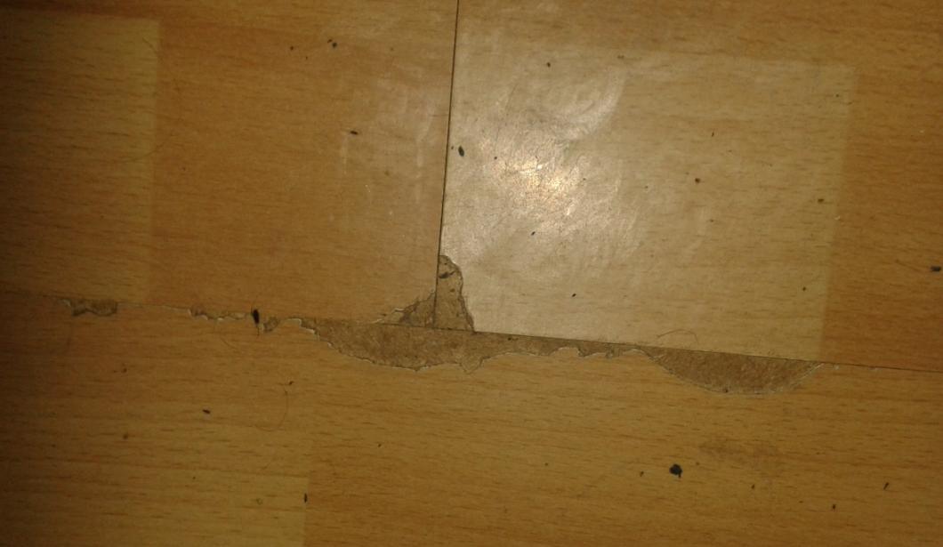 ist dieser schaden am laminatboden siehe bild noch zu reparieren haushalt mietrecht reparatur. Black Bedroom Furniture Sets. Home Design Ideas