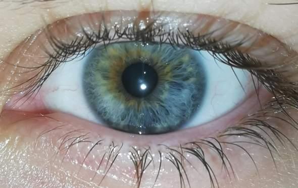 Ist es illegal farbige Kontaktlinsen zu tragen wenn es auf dem Perso nicht übereinstimmt?