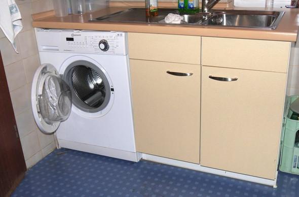 die Wasseranschlüsse befinden sich in der linke Hälfte des Unterschranks - (Waschmaschine, Unterbau immer möglich)
