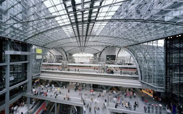 Jemand meinte, der Berliner Hauptbahnhof habe eine Stundenkapazität von einer halben Million Menschen. Kann das sein?