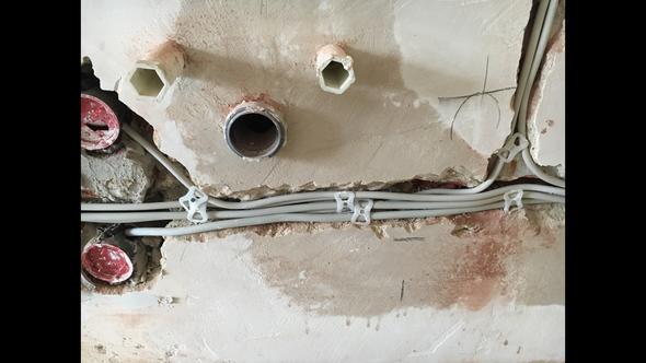 kabel und steckdosen in n he des wasseranschlusses geht das elektrik altbau wasseranschluss. Black Bedroom Furniture Sets. Home Design Ideas