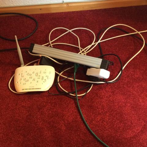 Wie könnte ich diese kabel verstecken.?  - (Kabel, Zimmer, DIY)
